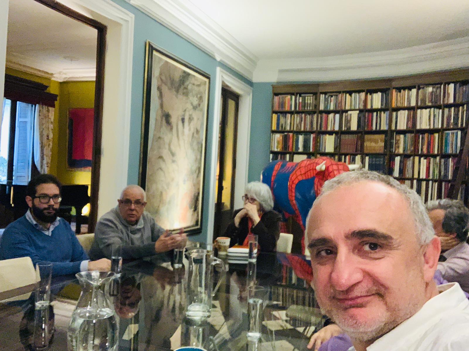 Momento de la reunión informal del Club Nuevo Mundo. Foto: Viktor Gómez.